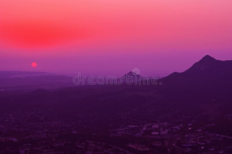 Bellissimo tramonto sulle montagne delle acque minerali caucasiche Territorio di Stavropol Federazione russa fotografia stock