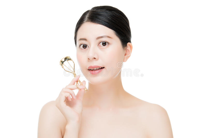 Bello accessorio di trucco del bigodino del ciglio della tenuta della ragazza di modo fotografia stock libera da diritti