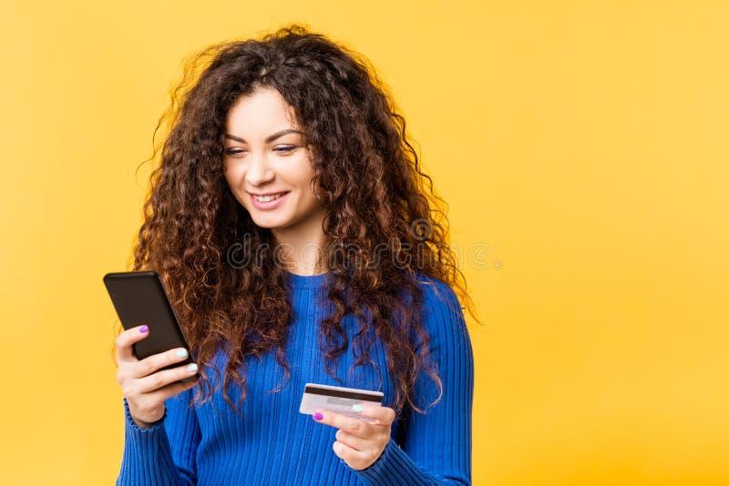 Bello acquisto della carta di credito dello smartphone della donna immagini stock libere da diritti