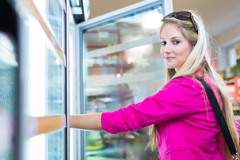 Bello acquisto della giovane donna in una drogheria/supermercato fotografia stock