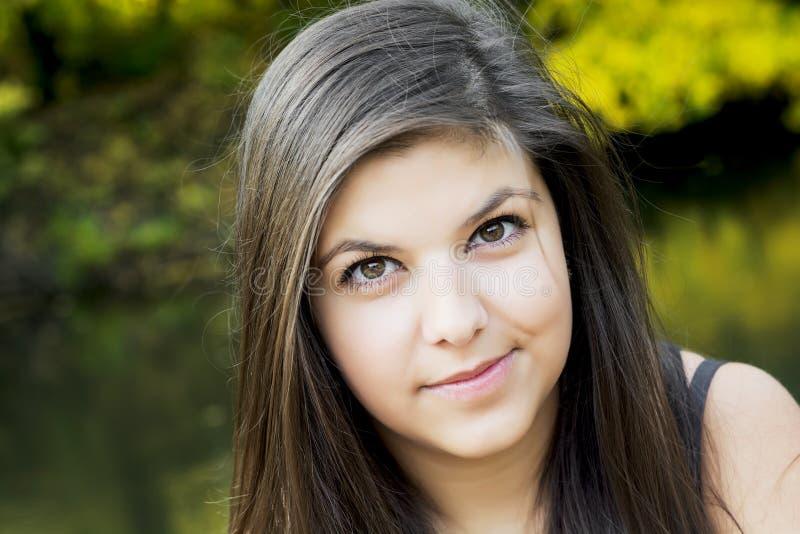 Bello adolescente dentro all'aperto immagine stock libera da diritti