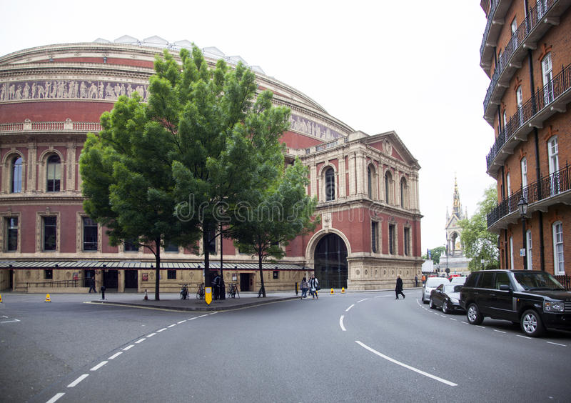 Bello albero davanti al corridoio reale di albert in kensingto di Londra immagini stock libere da diritti