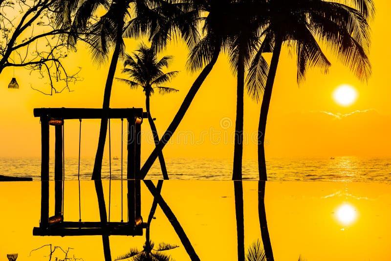 Bello albero del cocco della siluetta sul cielo intorno alla piscina in spiaggia neary dell'oceano del mare della localit? di sog fotografie stock
