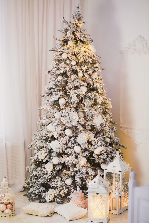 Bello albero di Natale d'ardore nell'interno domestico immagine stock