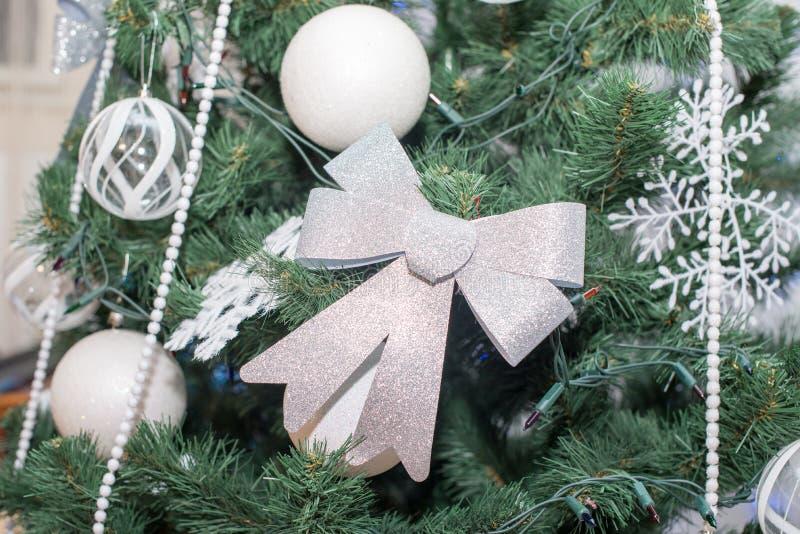 Bello albero di Natale decorato Priorità bassa di festa fotografie stock libere da diritti