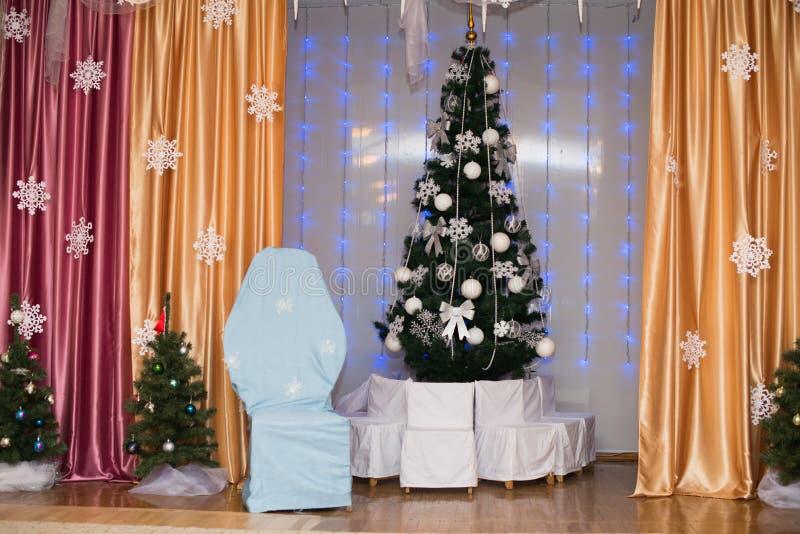 Bello albero di Natale decorato Priorità bassa di festa fotografia stock libera da diritti
