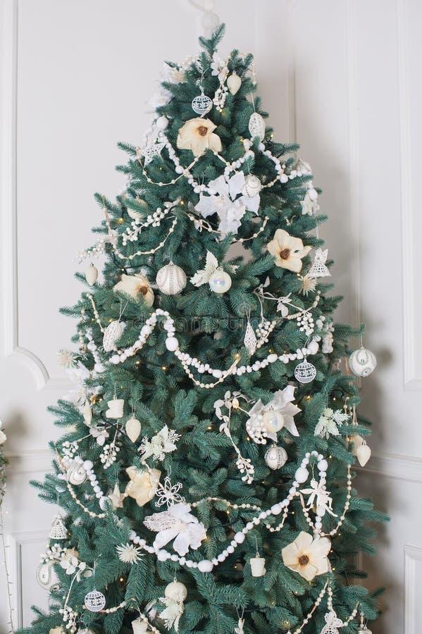 Bello albero di Natale illuminato in un salone fotografie stock