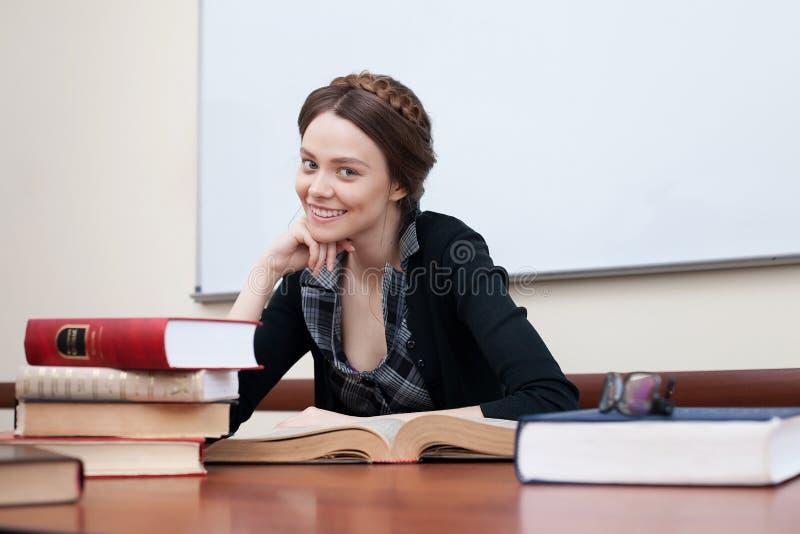 Bello allievo femminile con i libri immagini stock