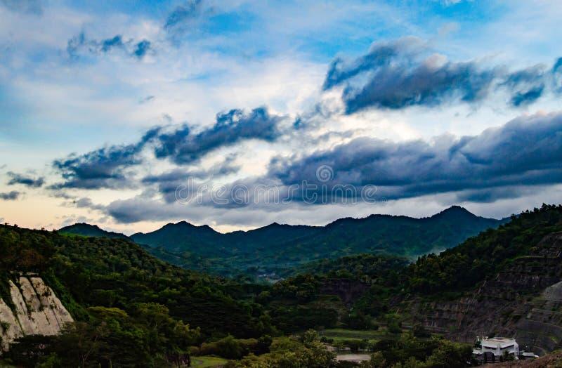 Bello allungamento delle montagne sotto il cielo blu fotografia stock