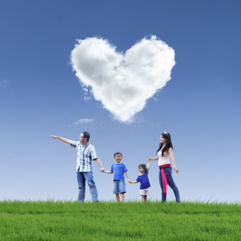 Bello amore e famiglia della nuvola su cielo blu fotografia stock libera da diritti