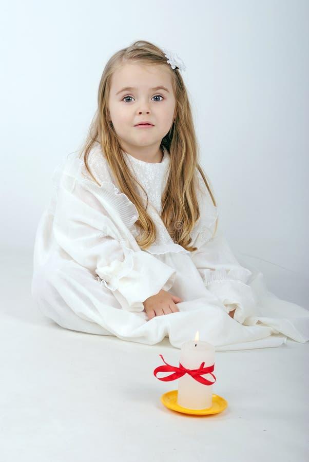 bello angelo della bambina con una candela fotografie stock libere da diritti