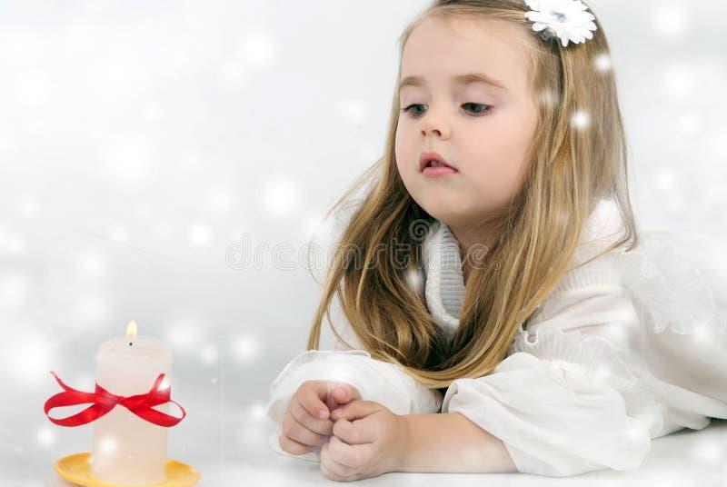Bello angelo della bambina con una candela fotografia stock