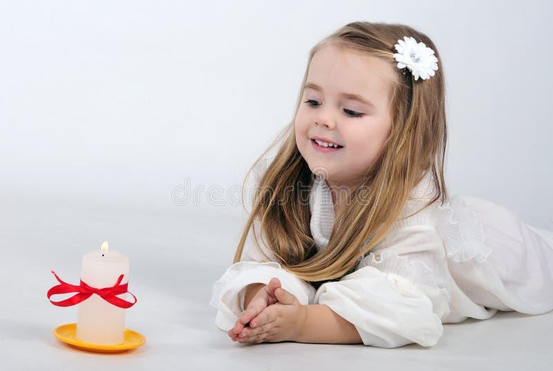 Bello angelo della bambina con una candela immagini stock