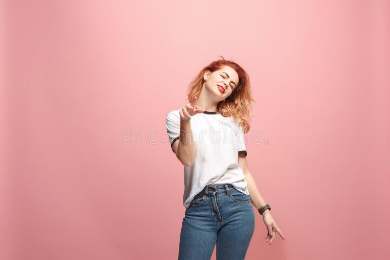 Bello annoiato annoiato della donna isolato su fondo rosa fotografia stock
