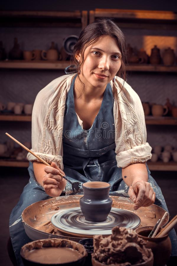 Bello artigiano alla sua ruota che crea un nuovo capolavoro Concetto di arte della ceramica immagini stock