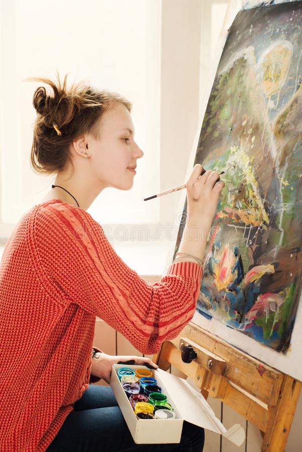 Bello artista della donna che disegna la sua immagine fotografie stock libere da diritti
