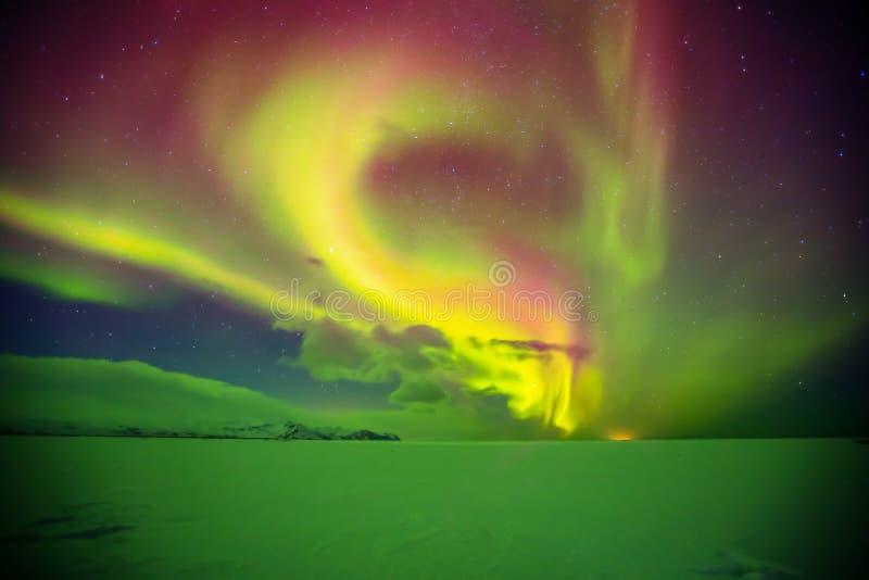 Bello aurora borealis in Islanda, colpo in perio iniziale di inverno immagine stock libera da diritti