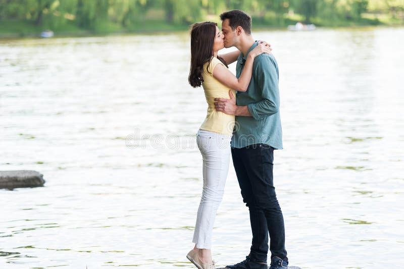 Bello baciare amoroso delle coppie fotografia stock