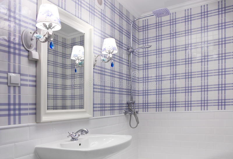 Bagno blu e bianco elegant download bagno blu e bianco fotografia stock immagine di bathtub - Bagno bianco e blu ...