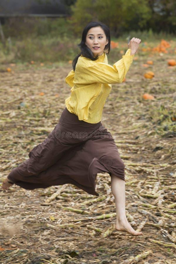 Bello ballerino della donna adulta che corre in una toppa della zucca di Connecticut fotografia stock libera da diritti