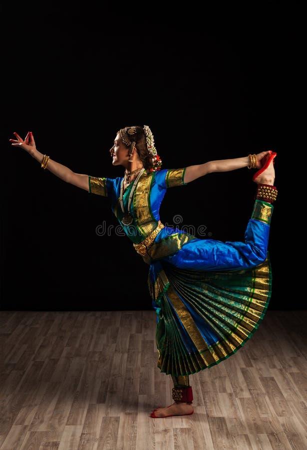 Bello ballerino della ragazza del ballo classico indiano Bharatanatyam immagine stock libera da diritti