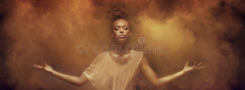 Bello ballerino della ragazza di afro sopra polvere fotografia stock
