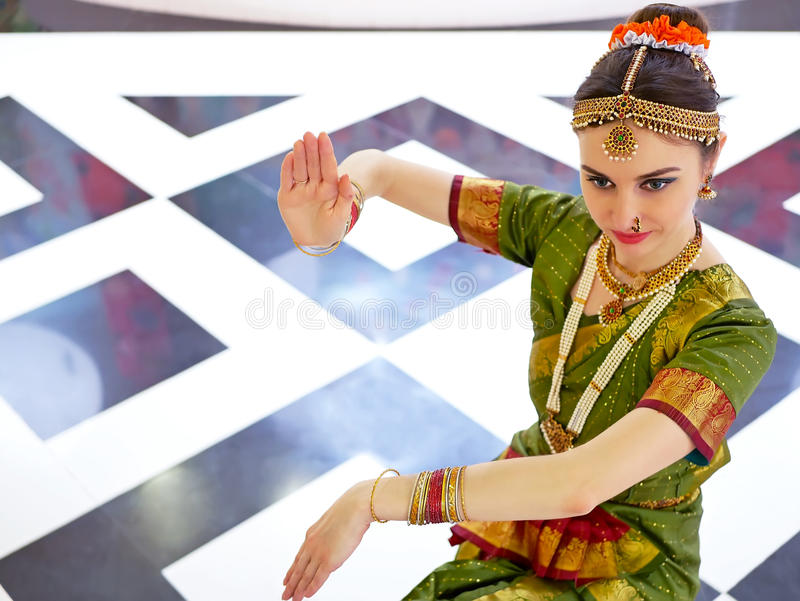 Bello ballerino indiano della ragazza del bharatanatyam classico indiano di ballo immagine stock libera da diritti