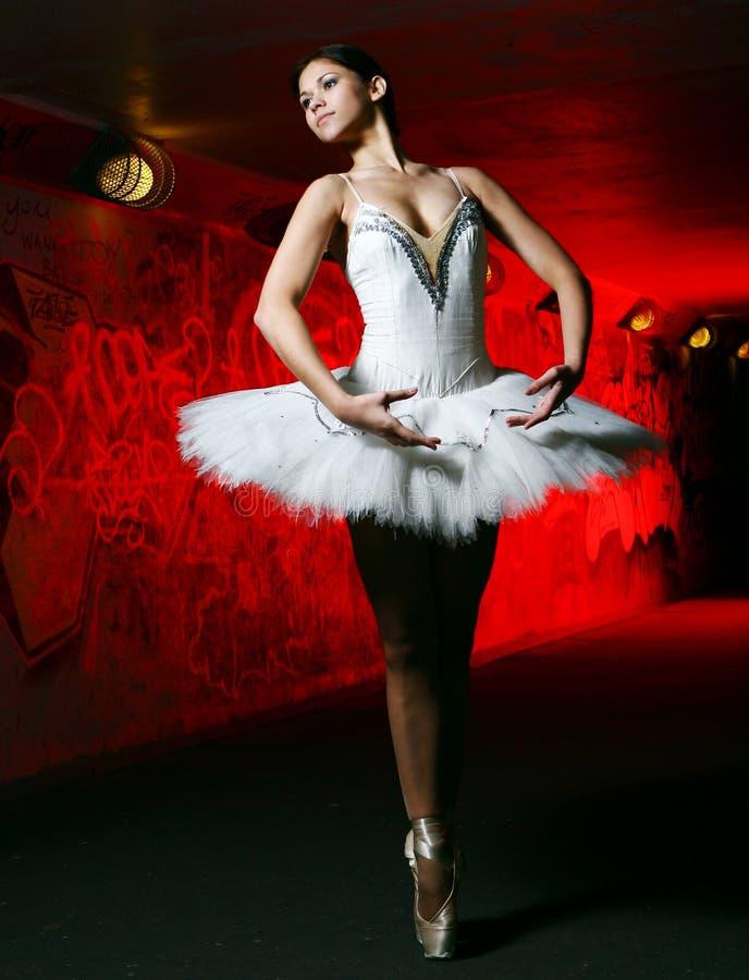 Bello ballo di balletto di dancing della ballerina fotografia stock libera da diritti