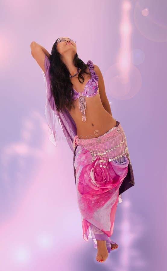Bello ballo di pancia di dancing della donna fotografie stock libere da diritti