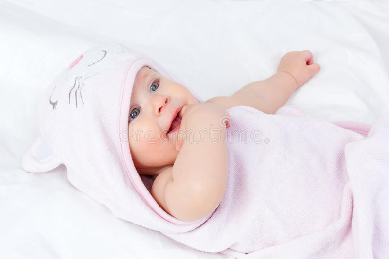 Bello bambino in asciugamano immagini stock libere da diritti