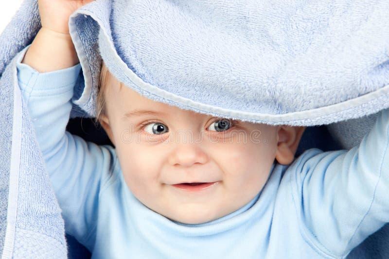 Bello bambino biondo con un tovagliolo fotografia stock libera da diritti