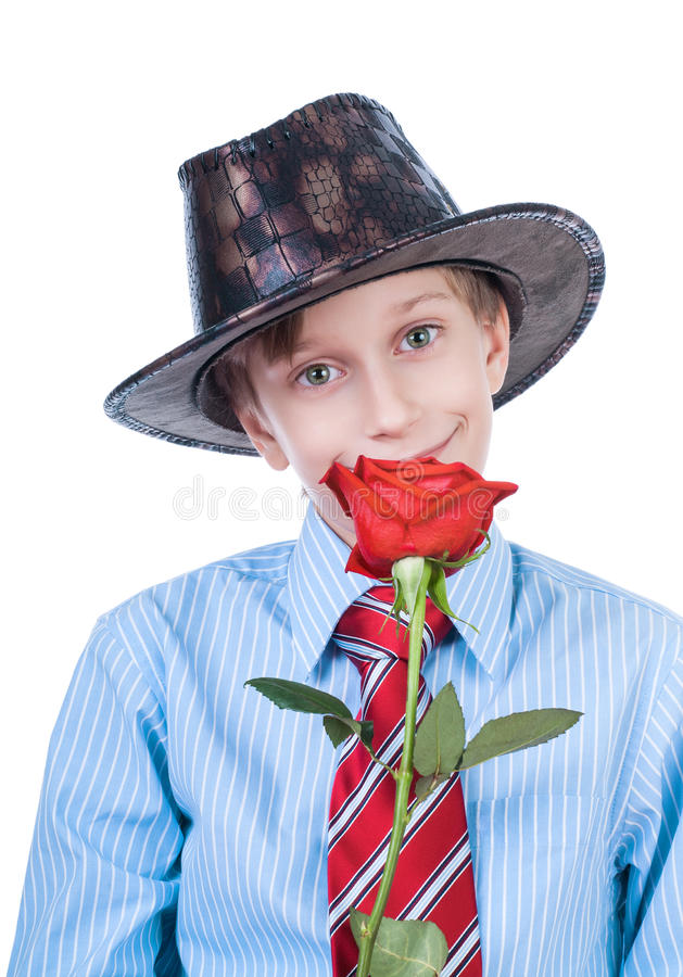 Bello bambino che indossa un cappello e un legame che tengono sorridere della rosa rossa immagine stock libera da diritti