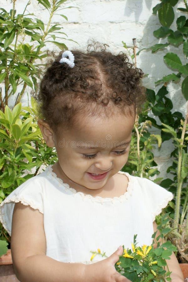 Bello bambino con i fiori fotografia stock