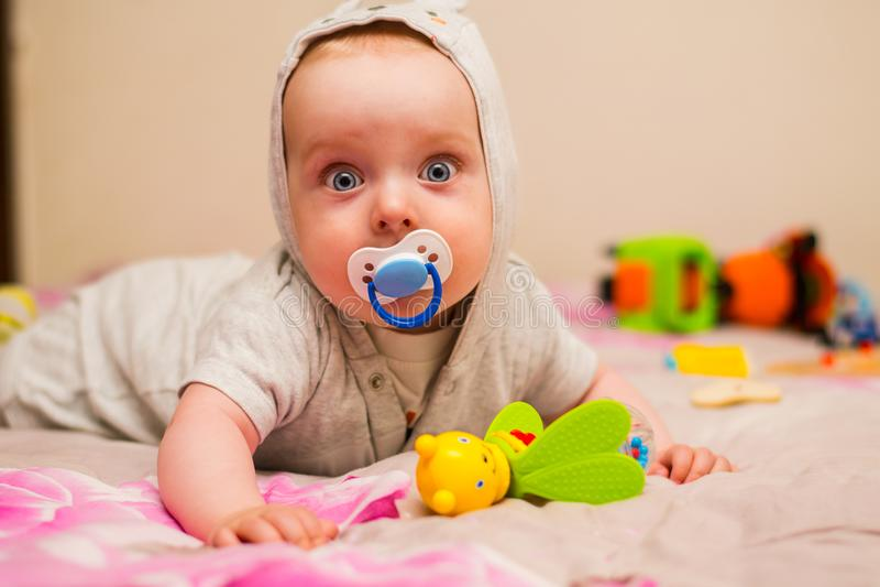 Bello bambino con un capezzolo fotografie stock libere da diritti