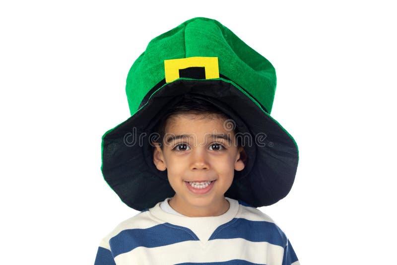Bello bambino con un grande cappello verde fotografia stock