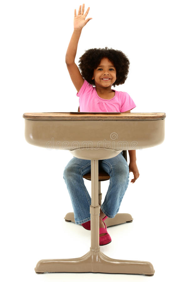 Bello bambino dell'afroamericano che si siede in uno scrittorio fotografia stock libera da diritti
