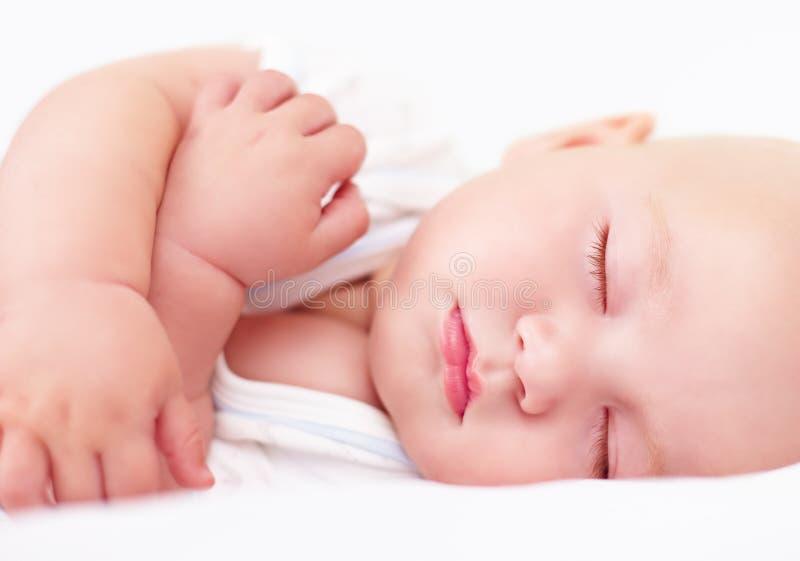 Bello bambino infantile che dorme, quattro mesi fotografie stock libere da diritti
