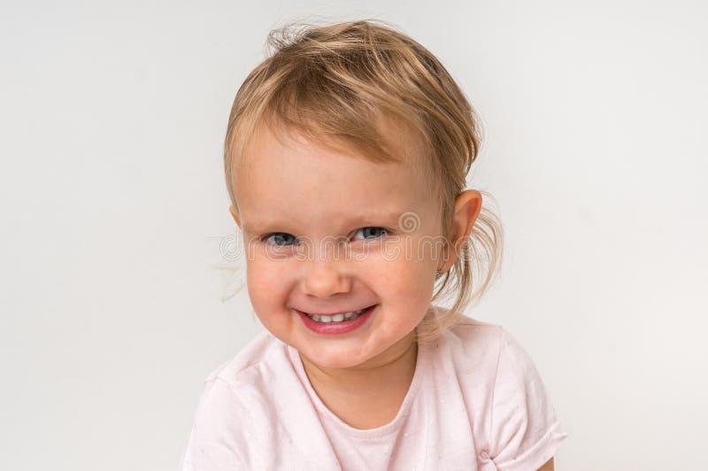 Bello bambino sorridente su fondo isolato immagini stock libere da diritti