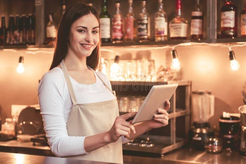 Bello barista femminile immagini stock