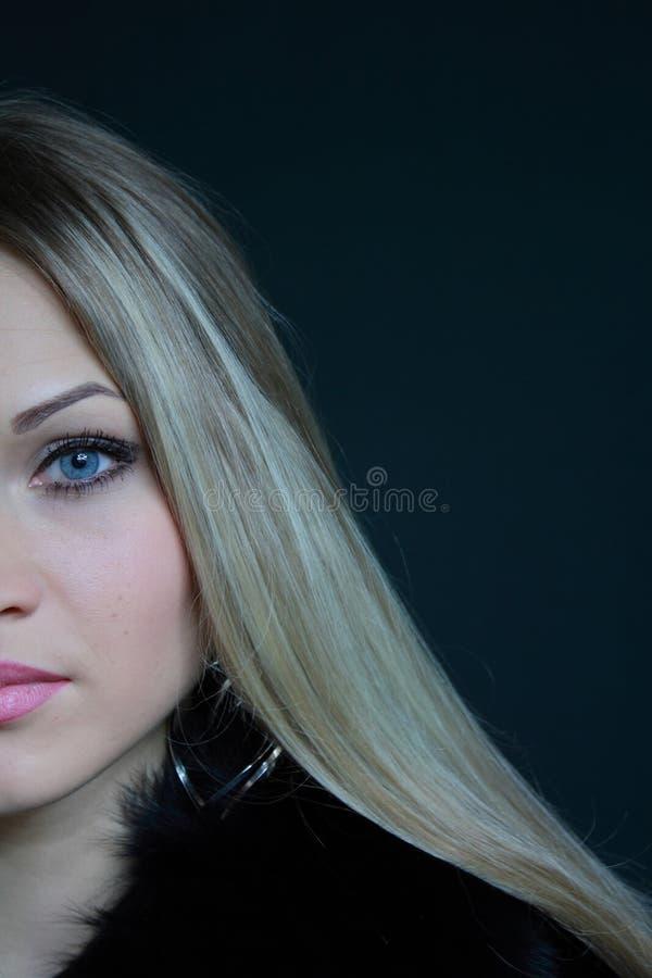 Bello blonde in cappotto di pelliccia immagini stock libere da diritti
