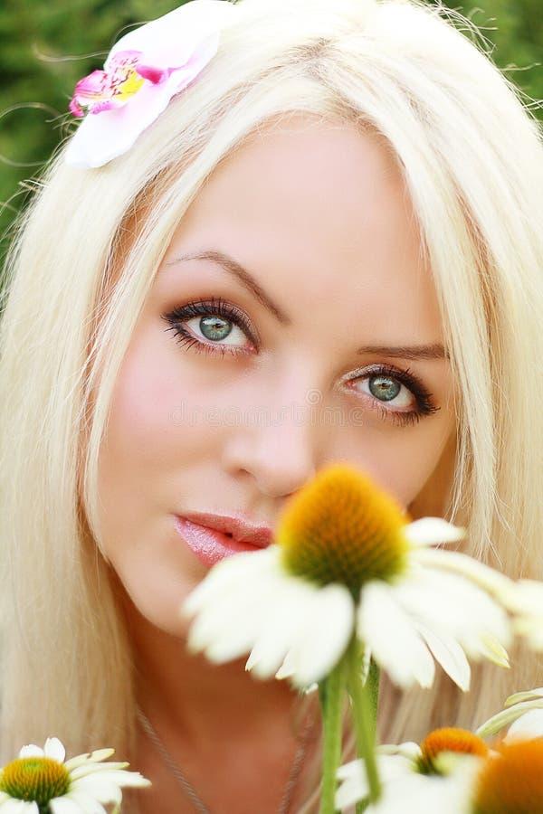 Bello blonde con la margherita immagine stock