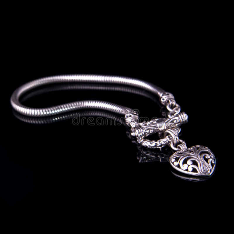 Bello braccialetto d'argento su fondo nero fotografie stock libere da diritti