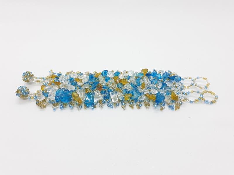 Bello braccialetto variopinto per i gioielli della donna nel fondo isolato bianco 01 immagine stock