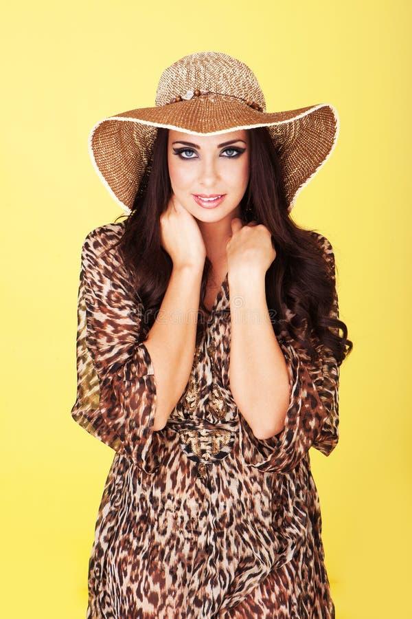 Bello brunette in cappello di paglia fotografie stock