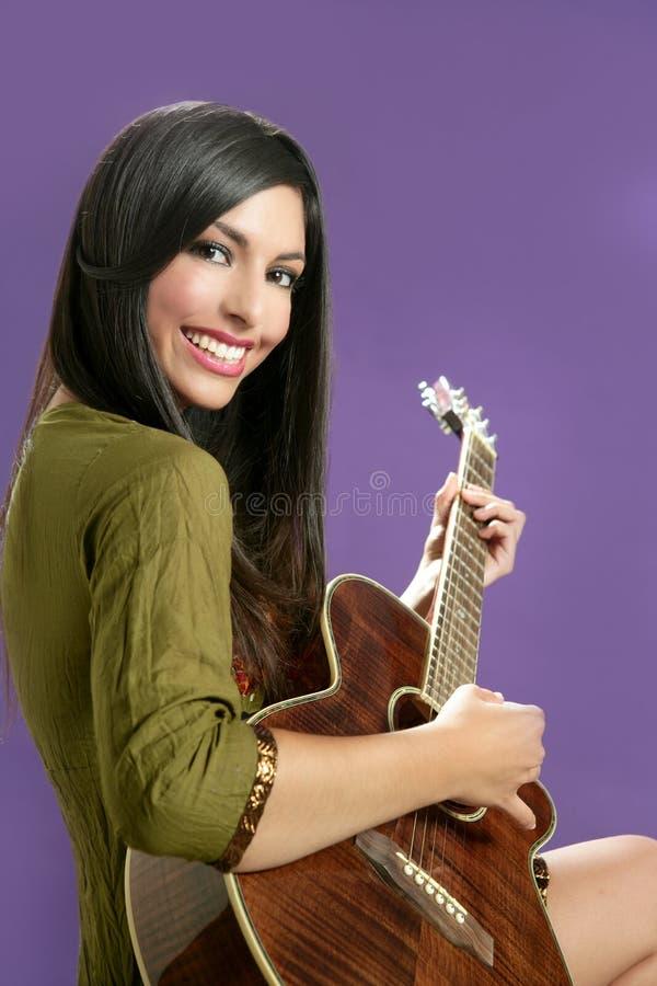Bello brunette che gioca chitarra acustica fotografia stock