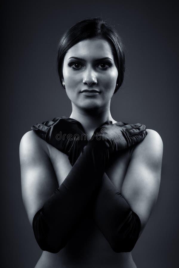 Bello brunette con i guanti del raso fotografia stock
