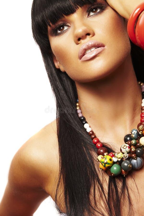 Bello brunette con la collana immagine stock