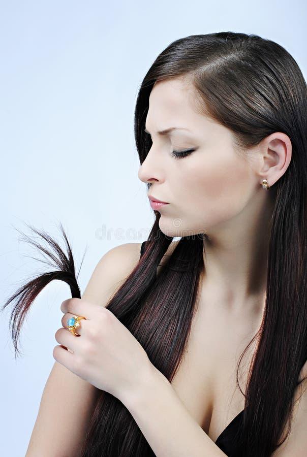 Bello brunette della ragazza con capelli lunghi immagine stock