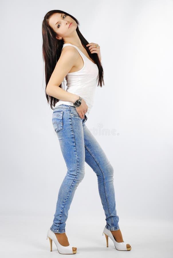 Bello brunette grazioso della ragazza con capelli lunghi fotografia stock libera da diritti