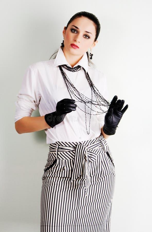 Bello brunette in vestiti eleganti fotografia stock